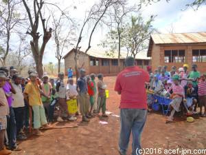 植林作業の後はケニア人スタッフによる気候変装についての勉強タイム!