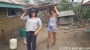 火をたくにもまずは薪を運ぶところから!