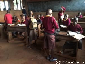 カニョンガ小学校、教室内。 教室に着いたら、すぐに自習を始める子ども達