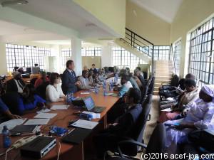 エンブ郡行政の環境セクター担当官や、地域のリーダーたちを招いての事業説明会。ケニア事務所の塩尻所長より、「モッタイナイ」に関するレクチャーを行いました。