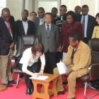 当団体代表の小椋とエンブ郡知事との間で、事業開始にあたっての合意書を交わしました。