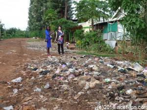 住宅の中にも多くのゴミ捨て場があります。 プロジェクトスタッフによる調査の様子。