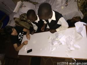 子どもたちに折り紙を教えました。