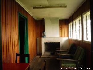 ベッドルーム、暖炉、水洗トイレ、 温水シャワーありの快適なロッジ。