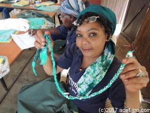 シャウリチームのCEW・チャリティは、いらなくなったビニール袋を使って縄を作っています。
