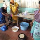 食事準備の様子。丸いのは平焼きパンのチャパティ。インドから伝わった料理で、シチューなどと一緒に食べます。すごく熱い鉄板なのに、焼いていくのもひっくり返すのもみんな素手!