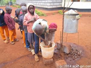 「希望の家」食事前の手洗い
