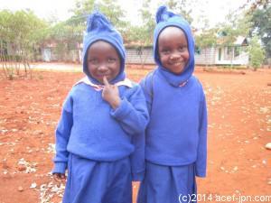 「希望の家」年少組は青い制服