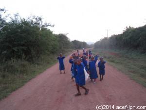 この道のりを約2キロ歩いて登校します
