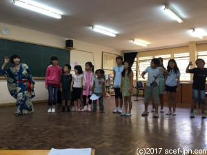 ナイロビにある日本人学校で。  小学生と一緒に「わたしと小鳥とすずと」を一緒に読みました。  一緒にジェスチャーをして楽しむ子供たち。