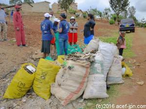集めたゴミは行政が定めたゴミ捨て場へ運びます。 それを行政が回収して最終処分場へ。
