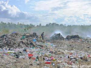 ゴミの最終処分場。 焼却の煙が上がっています。