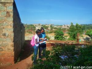 現在、地域を回って「キレイになった度」の調査中。プロジェクト開始時の写真と見比べながら、地道にひとつずつ回っていきます。ACEFのボランティアさんも活躍中!