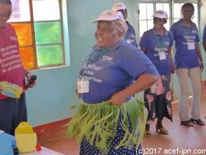 マジンボのリユース作品。バナナの葉を割いてウエストに巻けばダンスがさらに盛り上がる!ダンス大好き♪ケニア人らしい発想です。これには拍手喝采!