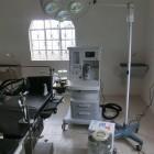 手術台、麻酔器、無影灯、吸引器など